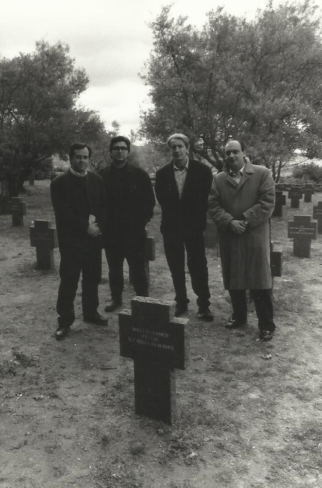 Con Julián Rodríguez, Salvador Retana y Muñoz Quirós en el Cementerio Alemán de Yuste, 1995