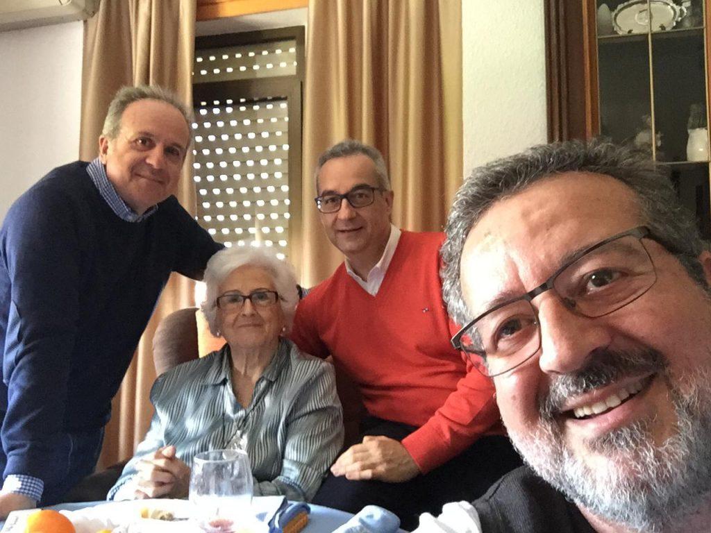 Con mi madre y mis hermanos Fernando y Jesús.